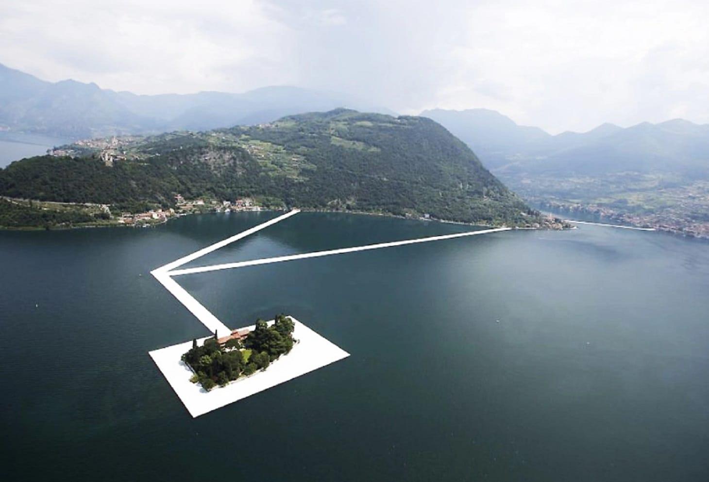 Lago d iseo si inaugura l opera d arte galleggiante di for Un mezzo galleggiante