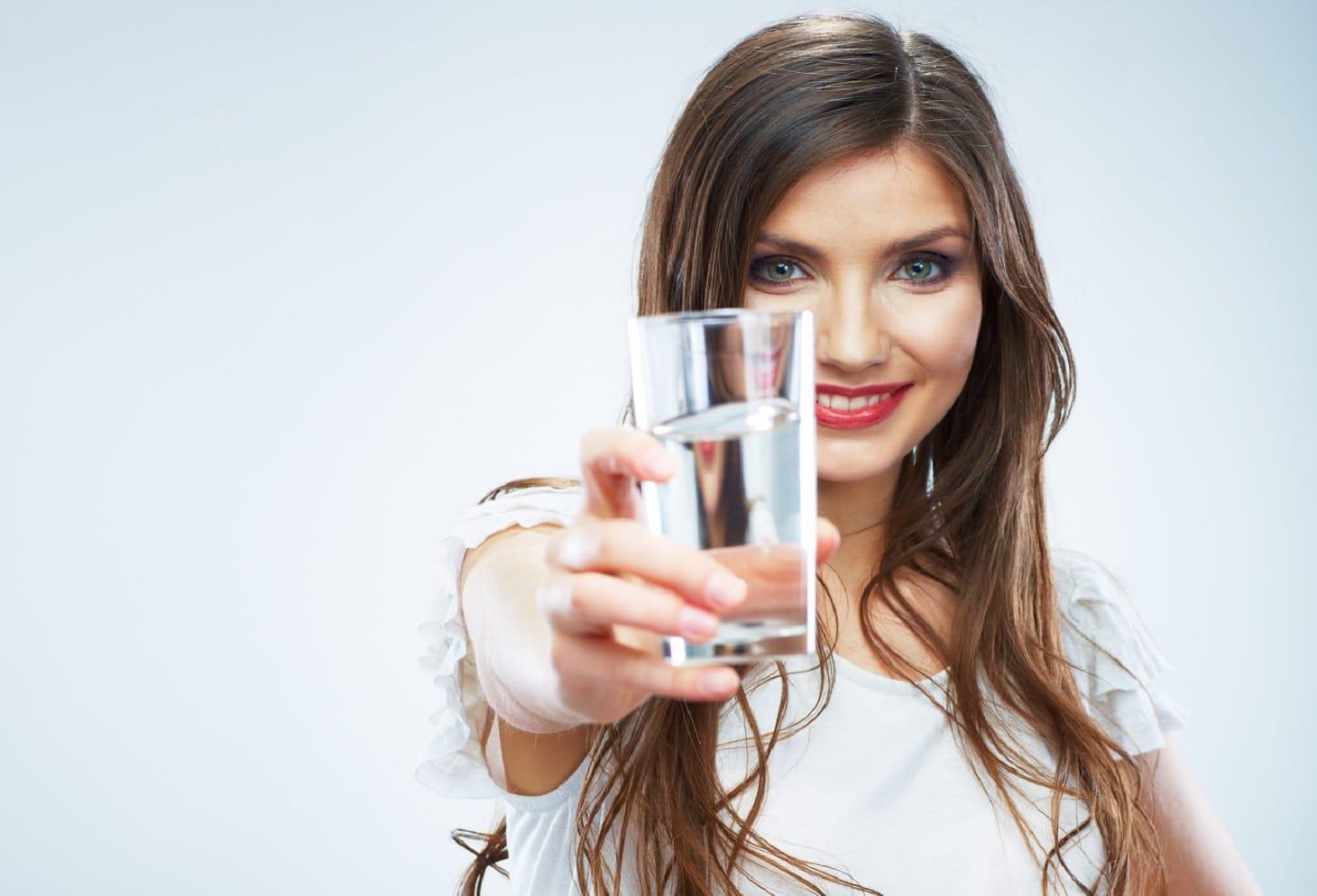 Девушка предлагает выпить — 5