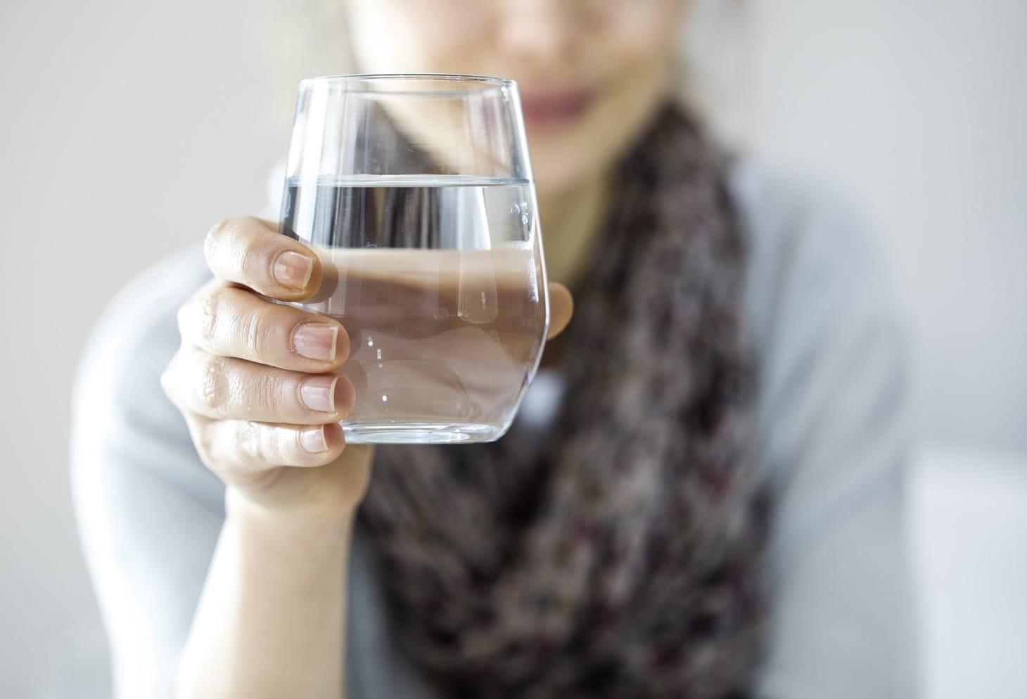 come bere acqua durante il giorno per perdere peso