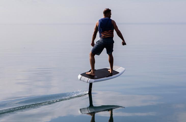 Volare sull'acqua? È possibile grazie ai surf elettrici - In a Bottle