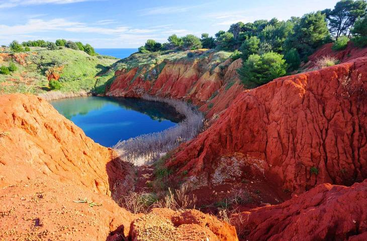 """Il """"Lago Rosso"""" di bauxite, lo spettacolo naturale del Salento - In a Bottle"""