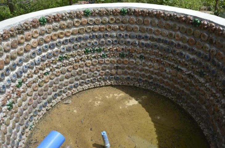 Case Di Mattoni Di Fango : Ingegnoso rifugiato utilizza bottiglie di plastica per costruire