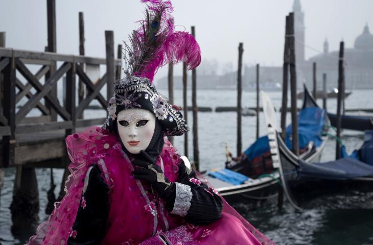 Carnevale di Venezia: sfilata galleggiante dedicata alla luna – In a Bottle