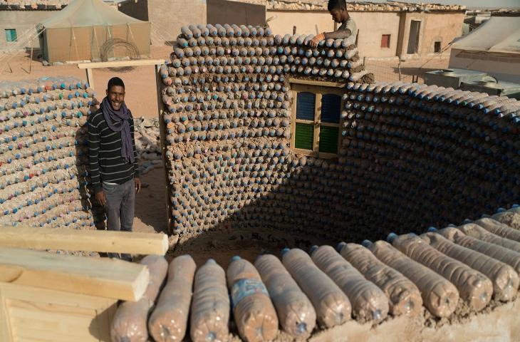Case di bottiglie di plastica nel deserto algerino
