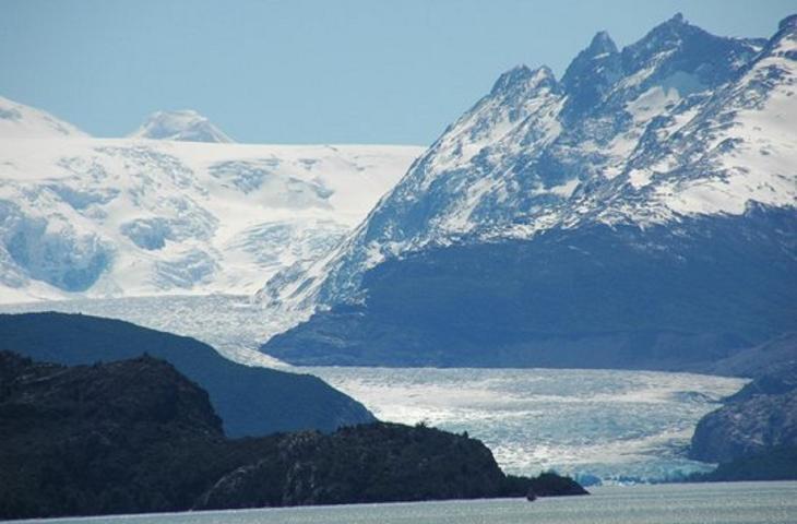 Iceberg si stacca dal ghiacciaio Grey in Cile