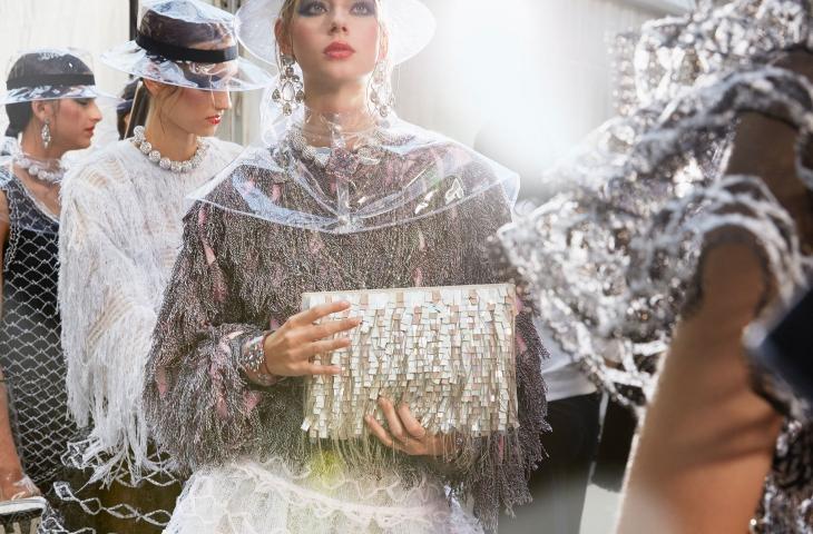 La plastica sfila in passerella con Karl Lagerfeld per Chanel