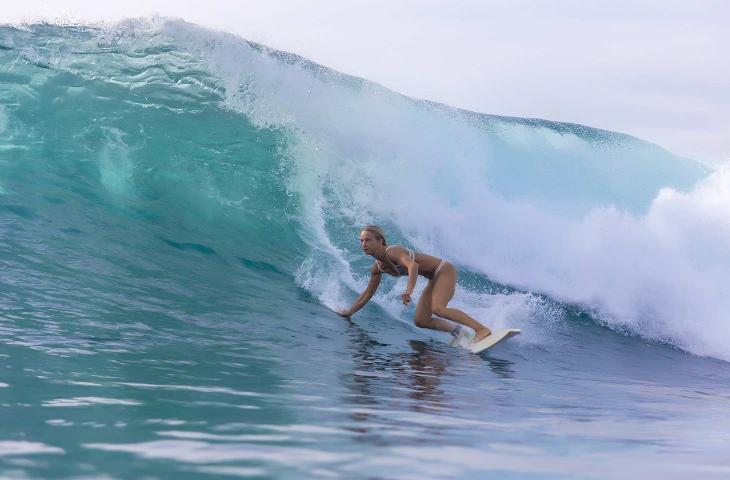 La storia di Bethany Hamilton, surfista con un braccio solo a cavalcare le onde - In a Bottle