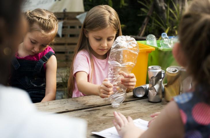 Scuola, studenti costruiscono un'aula studio fatta con bottiglie di plastica - In a Bottle