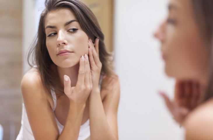 Una corretta idratazione aiuta a prevenire l'acne