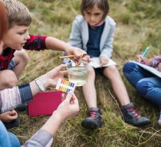 Kids Teaching Kids: Bambini Insegnano a Proteggere Corsi d'Acqua – In a Bottle