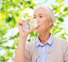 Bere acqua migliora la salute mentale degli anziani