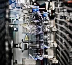 Bottiglie d'acqua in PET: dimezzato il peso medio