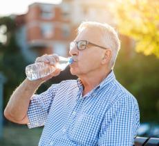 Come prevenire la disidratazione negli anziani - In a Bottle