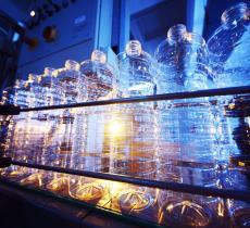 Crysalis, la macchina che trasforma rifiuti di plastica in benzina – In a Bottle