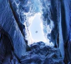 Un drone amico del salvataggio tra i crepacci ghiacciati delle Alpi_alt tag