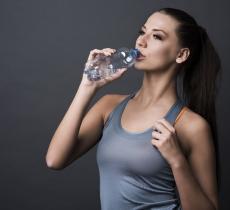 Idratazione e cervello: bere acqua rende sazi alt_tag