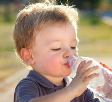 Boom dell'acqua in bottiglia per bambini: + 7% l'anno alt_tag