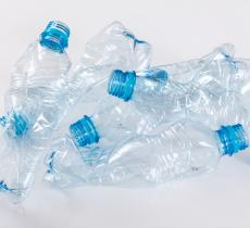 Riciclo plastica, l'UE recupera 66 miliardi di bottiglie in PET