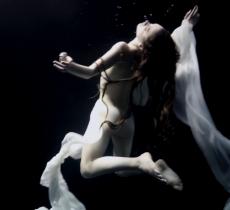 Jose G Cano, il fotografo che ritrae le donne sott'acqua