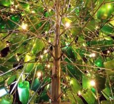 L'albero di Natale fatto di bottiglie di plastica riciclata