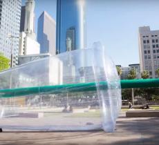 Giant Plastic: una scultura contro l'inquinamento alt_tag
