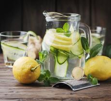 Un bicchiere d'acqua e limone per riprendersi dalle feste