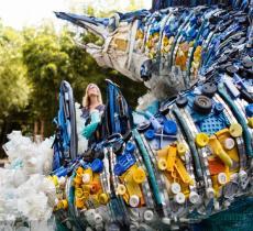 Washed Ashore è una mostra di opere d'arte realizzata riciclando materiale di scarto come le bottiglie di plastica. Dall'idea di Haseltine Pozzi