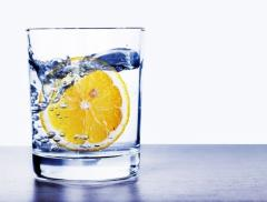I 4 benefici di un bicchiere d'acqua e limone al mattino