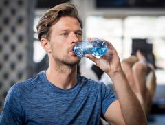 Cosa succede quando gli atleti bevono acqua fredda