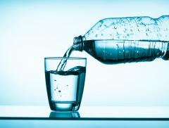Bere mezzo litro d'acqua prima dei pasti aiuta a dimagrire