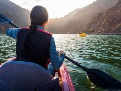 Holly Budge, l'atleta con la paura dell'acqua che ha partecipato ad una competizione di corsa, kayak e bicicletta - In a Bottle