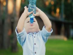 I bambini che bevono poco soffrono di tosse più degli altri
