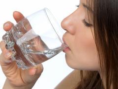 Infezioni urinarie ridotte nelle donne che bevono più acqua – In a Bottle