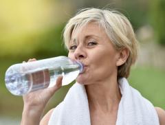 L'idratazione rende serena la menopausa