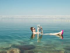 Perché nel Mar Morto si galleggia più facilmente? - In a Bottle