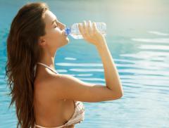 Scopri i 10 vantaggi che dà il bere più acqua