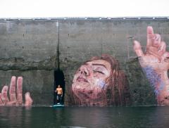Sean Yoro e il suo murale che scompare con l'alta marea