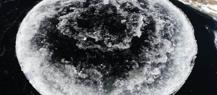 Il cerchio ghiacciato di 100 metri di diametro in un fiume del Maine – In a Bottle