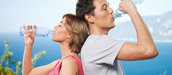 L'importanza di bere acqua per la salute dei capelli in estate