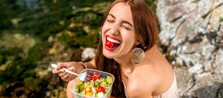 Mangiare bene e restare idratati aiuta a essere felici alt_tag