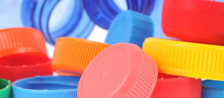 Riciclo delle bottiglie in plastica? Da oggi è meglio con il tappo