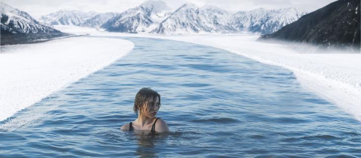 Nuotare nelle acque fredde fa bene alla salute: ecco perché – In a Bottle