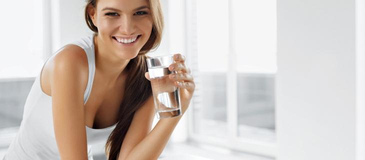 Tre bicchieri d'acqua in più al giorno fanno bruciare 1.400 calorie in più a settimana